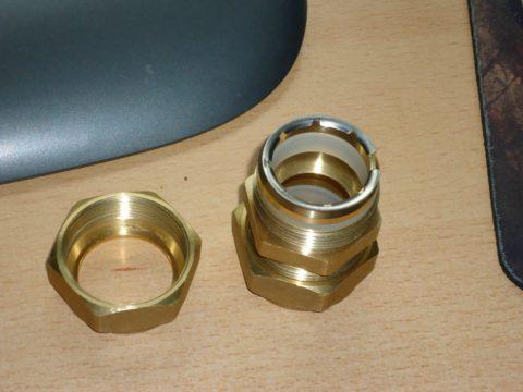Предназначенный для гофрированной трубы фитинг с силиконовым уплотнителем