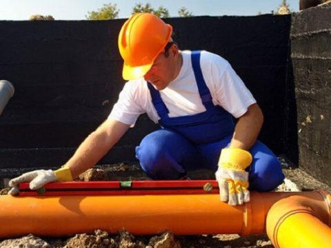 Прокладка труб канализации должна выполняться с уклоном от вывода к септику