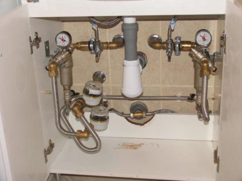 Разводка централизованного водоснабжения выполнена гофрированной нержавеющей трубой Kofulso