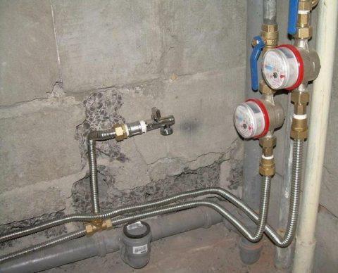 Разводка воды от стояков выполнена гофрированной нержавейкой
