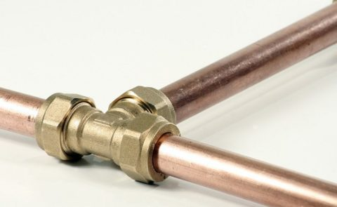 Соединение труб компрессионным латунным тройником