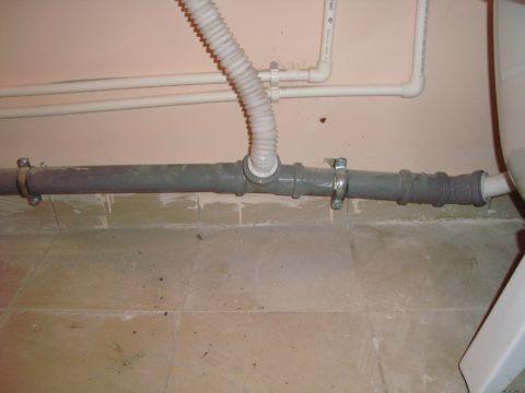 Участок канализационной гребенки смонтирован с отрицательным уклоном. Засоры гарантированы
