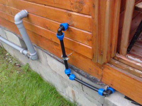 Ввод воды в дачный дом выполнен полиэтиленовой трубой на компрессионных фитингах