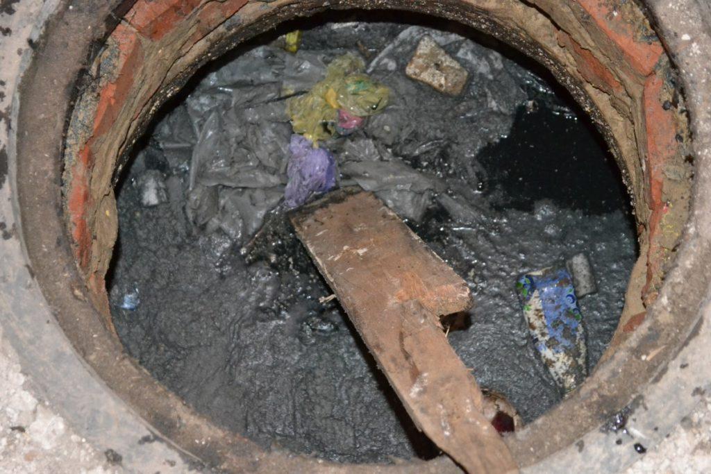 Переполненный колодец дворовой канализации — проблема Водоканала