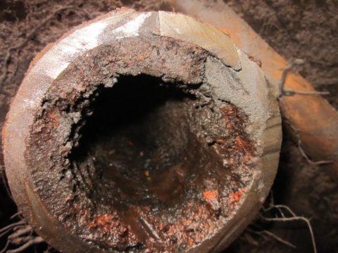 Для сравнения — внутренности стояка холодного водоснабжения из черной стали