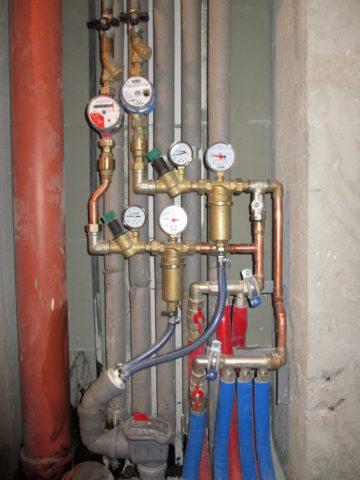 Медный водопровод собран на фитингах под пайку