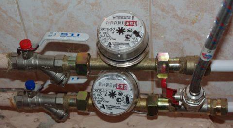 Механический счетчик на фото регистрирует расход воды через трубопровод ГВС вне зависимости от ее температуры