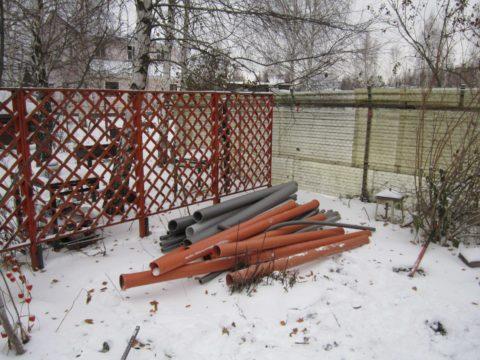 На фото — оранжевая (наружная) канализационная труба и утеплитель для ее подземной прокладки