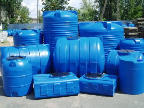 На фото — полиэтиленовые емкости для питьевой воды