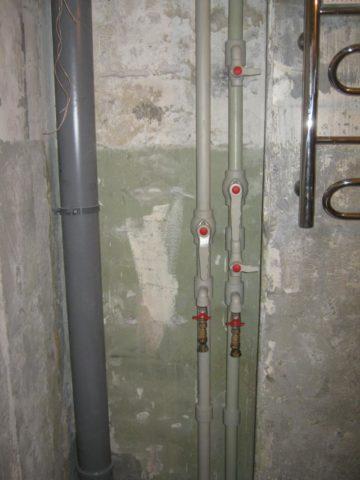 На фото — полипропиленовые стояки водоснабжения с внутренним диаметром 25 мм