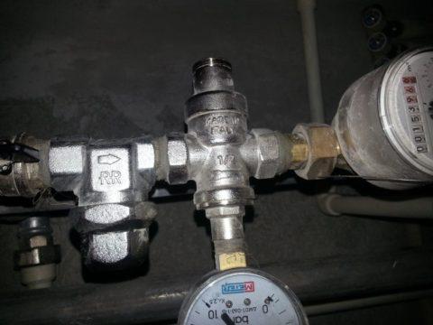 На фото — редуктор давления на вводе водоснабжения