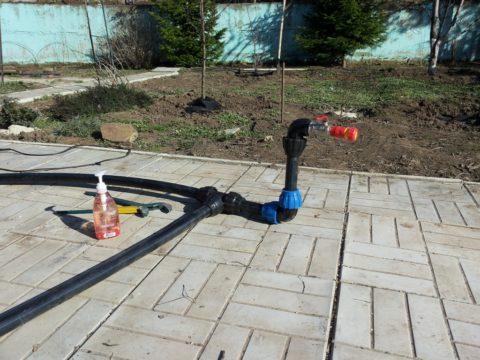 На фото — типичная тройниковая разводка труб: водоснабжение дачи монтируется полиэтиленовой трубой на компрессионных фитингах