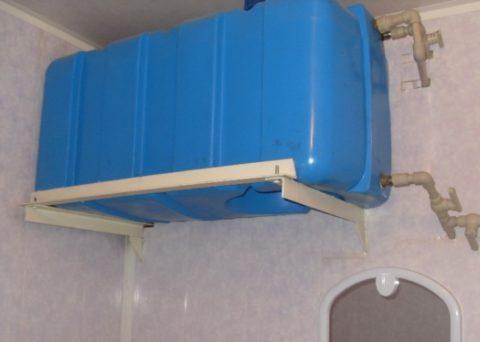 Накопительный бак для воды под потолком дачного дома