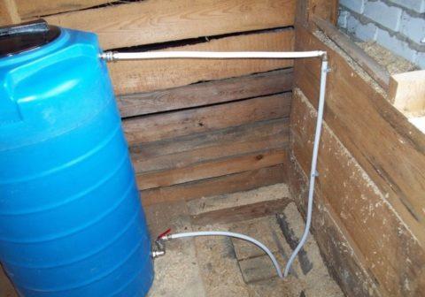 Накопительный бак подключен к водопроводу через шаровый кран