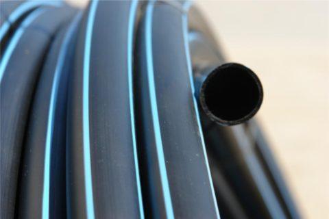 Напорная полиэтиленовая труба для воды маркируется черным цветом с синими продольными полосками, реже - черным или синим цветом по всей поверхности