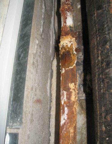 Перед покраской трубы нужно очистить от ржавчины и просушить