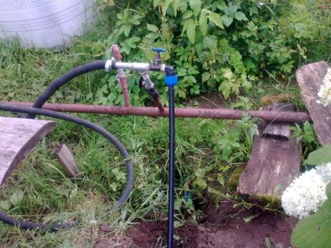 Подача воды на участок организована напорной полиэтиленовой трубой на компрессионных фитингах