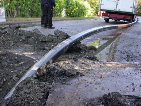 Прокладка подземной магистрали водоснабжения выполняется пластиковой трубой