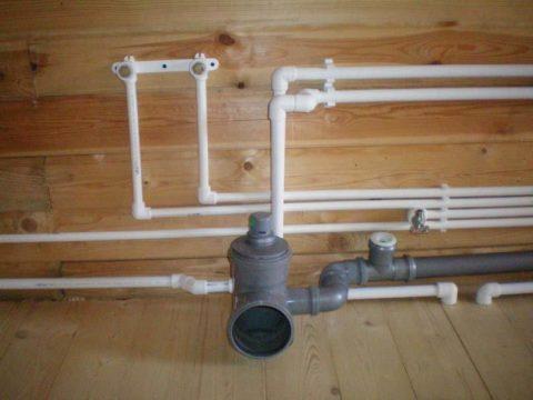 Разводка труб водоснабжения в деревянном доме выполнена полипропиленом
