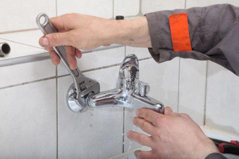 Смеситель в ванной удерживается на эксцентриках парой накидных гаек