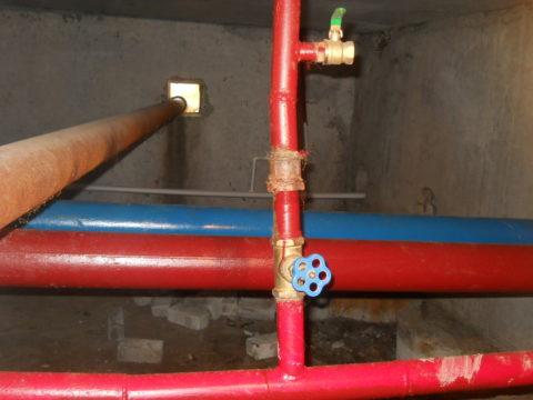 Стальные розливы ХВС (синий) и ГВС (красный). На переднем плане — отвод стояка ГВС
