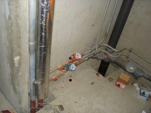 Стояки водоснабжения смонтированы на входе в туалет