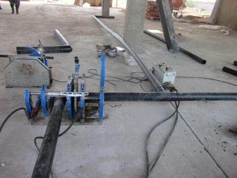 Стыковая пайка пластиковых труб для водоснабжения. Толщина стенок напорных полиэтиленовых труб не должна быть меньше 4 мм