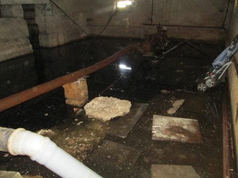 Технический подвал затоплен стоками вследствие засора канализации