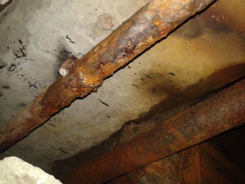 Типичное состояние розливов водоснабжения в сыром подвале