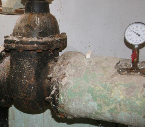 В водомерном узле всегда есть контрольный кран для замера давления ХВС