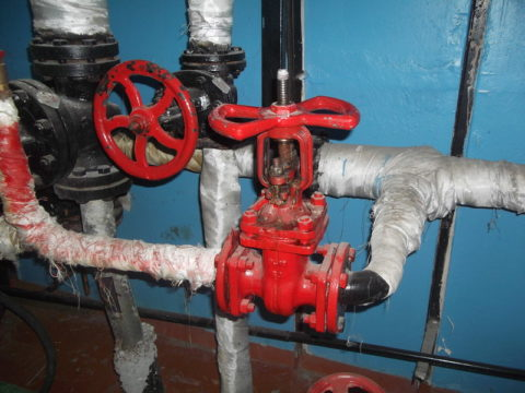 Весной и осенью ГВС подается из прямого (подающего) трубопровода