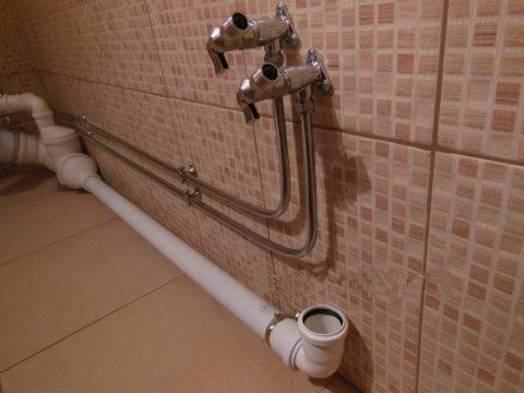 Внешний вид медных труб позволяет прокладывать их открыто: водопровод нисколько не портит дизайн помещения