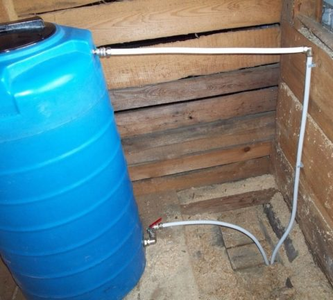 Вода самотеком подается в водопровод из установленного на чердаке бака