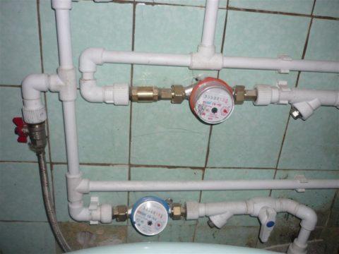 Водопровод горячего водоснабжения монтируется сверху, холодного — снизу