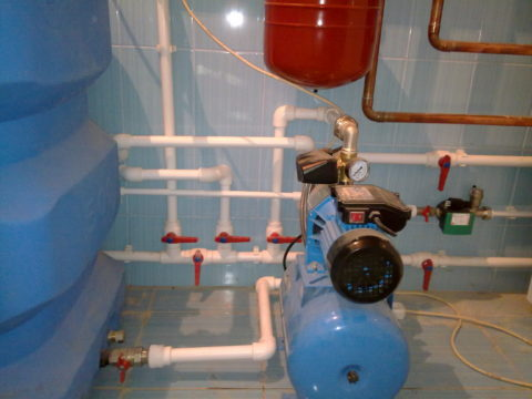 Водоснабжение от емкости в цокольном этаже с подачей воды насосной станцией