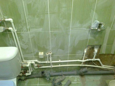 Выполненная полипропиленом тройниковая разводка водоснабжения