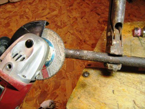 Зачистной круг снимает фаску и создает заход для плашки