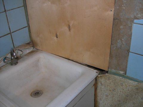Закрытая ниша со стояками на кухне