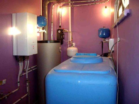 Бак для воды установлен в помещении котельной в цокольном этаже