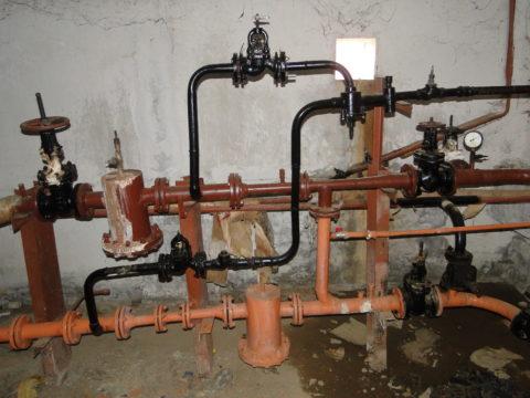 Элеваторный узел с двумя врезками ГВС: вода в розливах и стояках нагревается только при разборе через сантехнические приборы