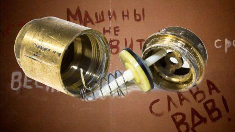 Если удалить возвратную пружину, затвор будет открываться при минимальном перепаде давления