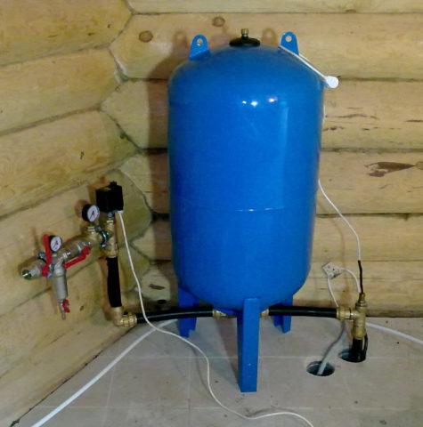 Гидроаккумулятор на автономном водоснабжении с подачей воды из скважины