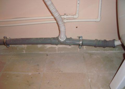 Грубая ошибка при монтаже канализационной гребенки: ее участок проложен с контруклоном