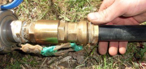 Клапан стоит сразу после погружного насоса на вводе воды из скважины