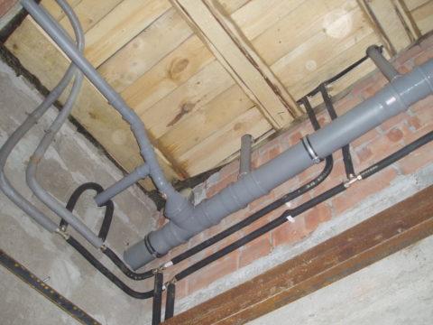 На фото — поворот ветки канализации, выполненный с использованием полуотводов
