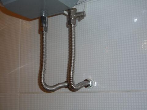 На фото гофрированная труба использована для подключения бойлера