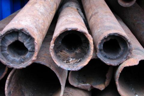На снимке хорошо видны обе проблемы черных стальных труб