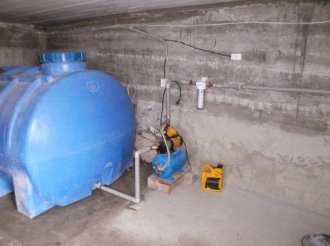 Насосная станция подает воду из установленной в подвале накопительной емкости