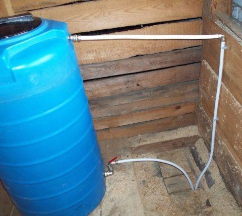 Объем бака и его масса с водой ограничены прочностью деревянного перекрытия