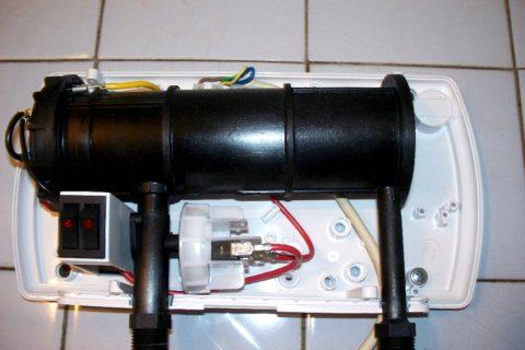 Проточный водонагреватель Atmor Basic со снятой крышкой корпуса